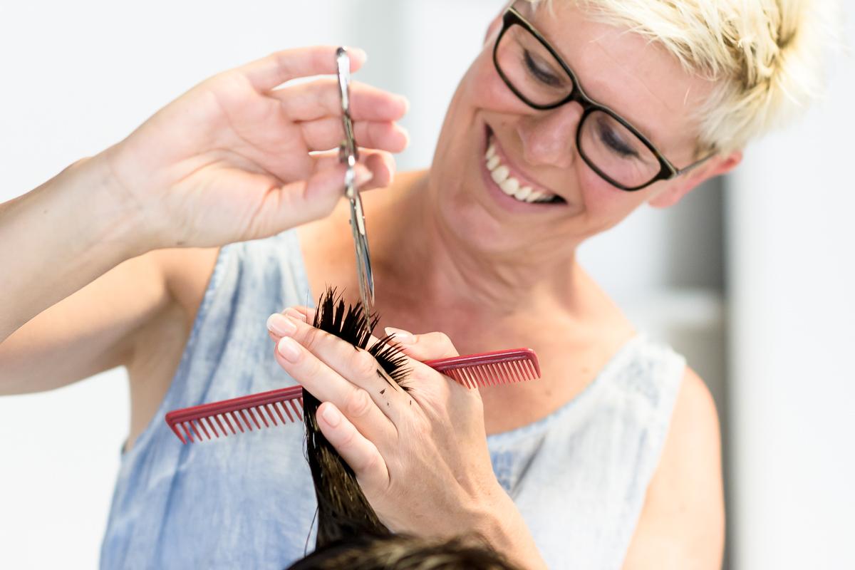 Haare schneiden bei Haar und Kunst in Mössingen