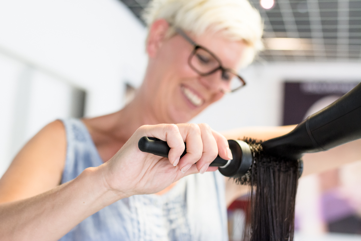 Friseursalon Sibylle Ziegler beim Haare Föhnen